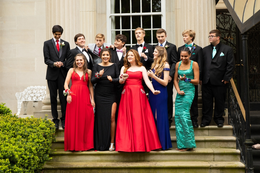 group photo of high school prom goers in Lexington, KY